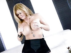 Hawt Lisa Daniels enjoys playing with her biggest knockers